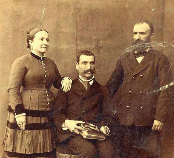 L'Annina, suo fratello Eugenio (seduto), suo marito Domenico Donati, in una foto di fine ottocento scattata a San Piero dal fotografo Carmine Santoro, il cui nome è stampato sul retro. Carmine Santoro (1857-1911)
