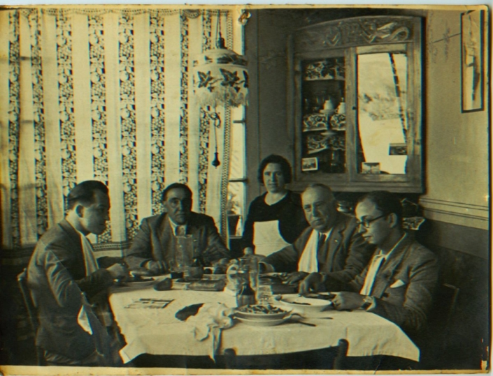 La loggia o veranda negli anni venti con l'angoliera e la lampada da tavolo. I commensali sono: Camillo Mordenti, a capotavola; Cesare Melai, alla sua sinistra; un impiegato del Credito romagnolo (con gli occhiali) anche lui a pensione. La cameriera, in piedi, tra di loro, è la zia Santa.